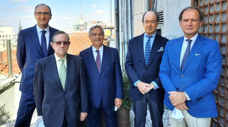 En la imagen, de izq. a dcha. Javier García, Director General de UNE; Edmundo Fernández, Tesorero  ...